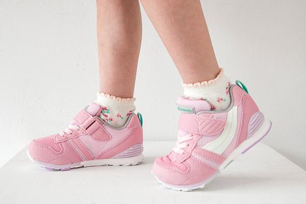 子どもの足は筋肉や靭帯が不完全なため、正しい位置で曲がりにくい靴を履くと足に余計な負担をかけてしまいます。ムーンスターの子ども靴では子どもの足と同じく、